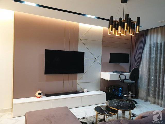 Kệ tivi thiết kế gọn nhẹ, đơn giản bên cạnh bàn làm việc tiện ích.