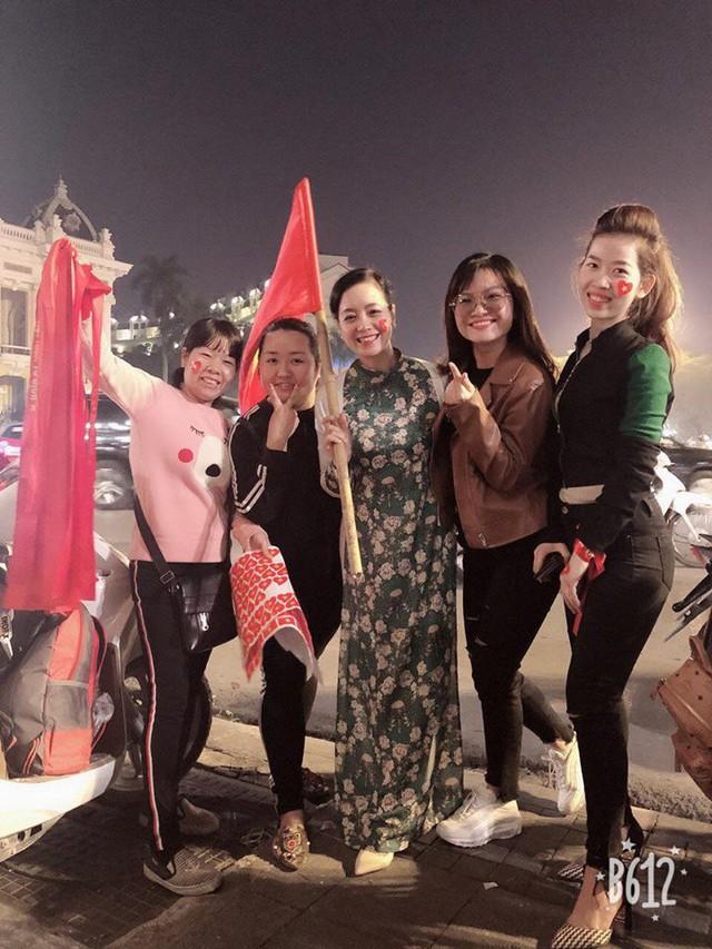 Nghệ sĩ Chiều Xuân hoà cùng dòng người hâm mộ bóng đá.