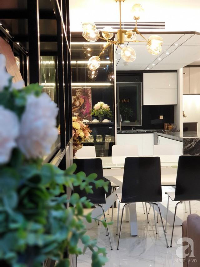 Đèn phòng ăn giúp bộ bàn ghế ăn được chọn theo phong cách đương đại trở nên gần gũi, ấm cúng, sang trọng hơn.