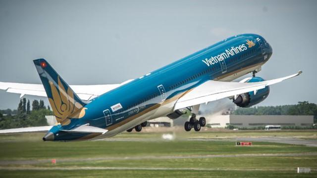 """Vietnam Airlines """"siêu tàu bay"""" đón đội tuyển Việt Nam từ Malaysia về Hà Nội."""