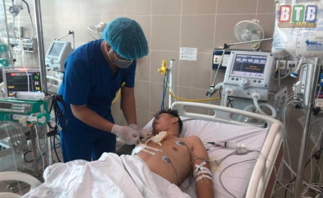 Bệnh nhân Thắng được bác sĩ chăm sóc sau ca mổ bị dao đâm trúng tim. Ảnh: Hà Dung