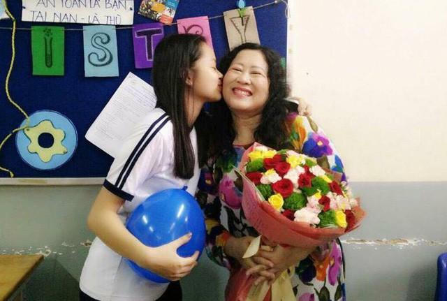 Người thầy chỉ hạnh phúc khi tìm được niềm vui từ công việc, từ chính học trò (Ảnh thầy trò Trường THPT Nguyễn Thị Minh Khai, TPHCM trong dịp lễ 20/11)