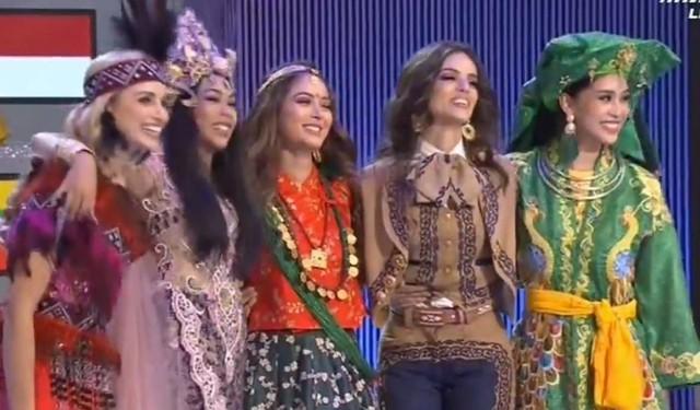 Tiểu Vy (ngoài cùng bên phải) được vinh danh trên sân khấu trong Top 5 Dự án nhân ái, người chiến thắng Hoa hậu Nhân ái là đại diện Nepal.