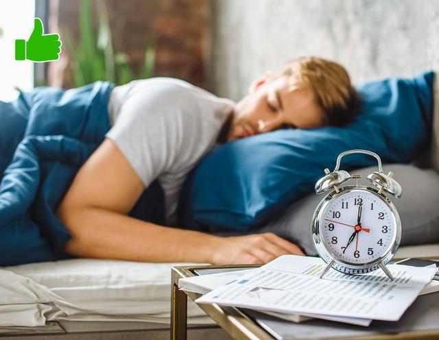 Nghiên cứu được công bố trên tạp chí Nature Communications năm 2013 cho thấy những người ngủ ít hơn 6 tiếng mỗi đêm sẽ nạp nhiều calo hơn và tăng cân hơn so với những người ngủ đủ giấc. Vì vậy, hãy ngủ ít nhất 7-8 tiếng mỗi đêm.