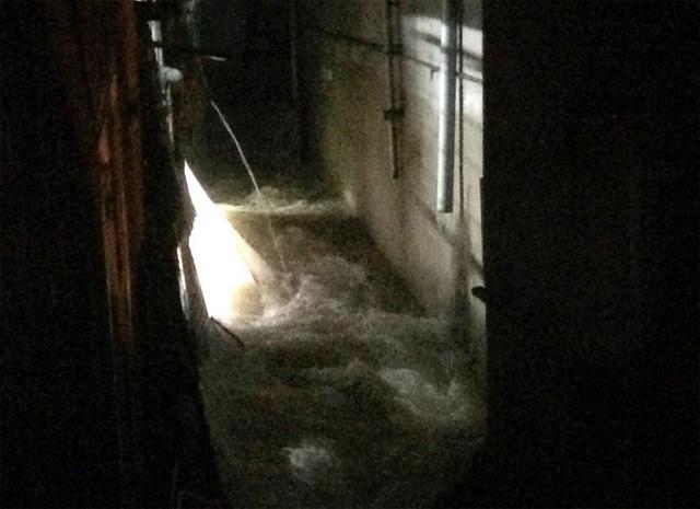 Mảng tường nhà anh Việt sập xuống tạo thành dòng chảy cuốn hai phụ nữ xuống mương nước.