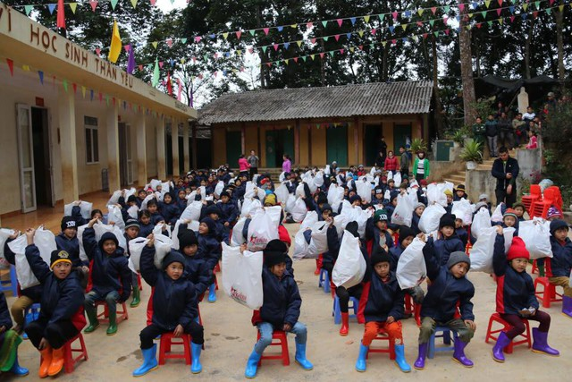"""Áo ấm đến với học sinh ở Lồ Sử Thàng (Mường Khương, Lào Cai). Ảnh: nhóm """"Áo ấm biên cương"""""""
