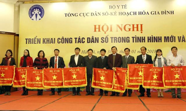 Tại hội nghị, 11 đơn vị được nhận Cờ thi đua của Bộ Y tế và 15 đơn vị được nhận Bằng khen Bộ trưởng vì có thành tích xuất sắc trong công tác DS-KHHGĐ năm 2017. Ảnh: Dương Ngọc