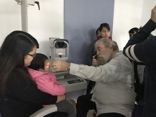 GS.TS Bruce Moore khám mắt cho trẻ tại Bệnh viện Mắt Hà Nội 2