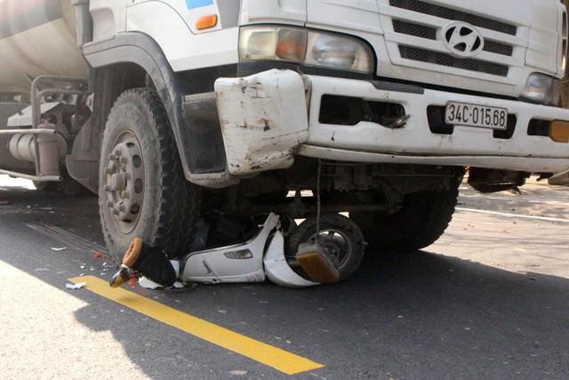 Chiếc xe máy điện của người đàn ông Trung Quốc bị bánh xe bồn phía trước cán nát. Ảnh: Đ.Tùy