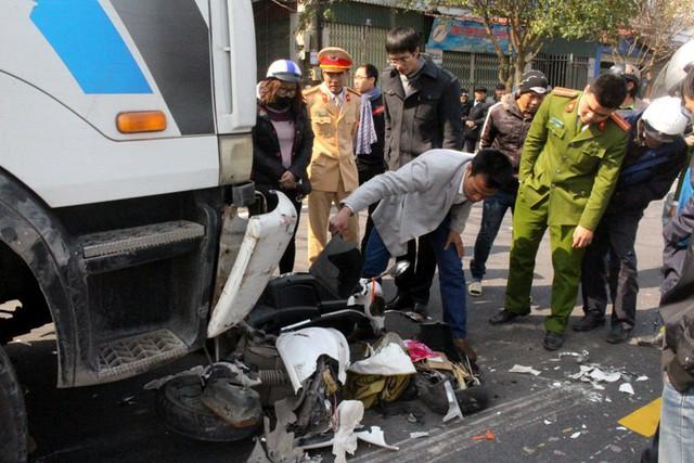 Lực lượng chức năng đưa chiếc xe gặp nạn ra ngoài. Ảnh: Đ.Tùy