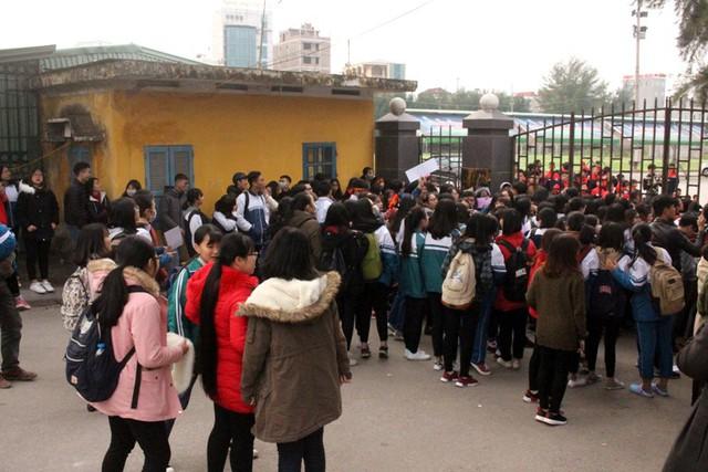 Thì tại khu vực cổng Trung tâm huấn luyện thể thao tỉnh người hâm mộ đã vây kín khi biết 4 cầu thủ đang ở đây