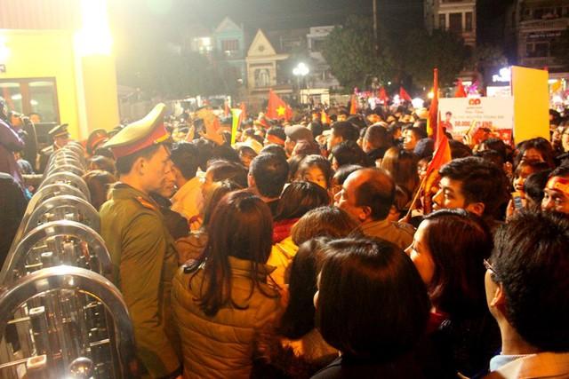Càng đến sát giờ tổ chức, lượng người kéo về Nhà thi đấu càng đông