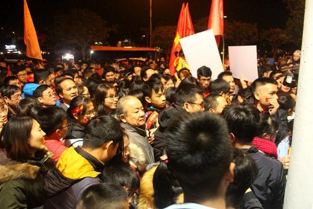 Ngay từ sớm hàng nghìn người hâm mộ đã có mặt tại cổng Nhà thi đấu tỉnh làm thủ tục vào trong