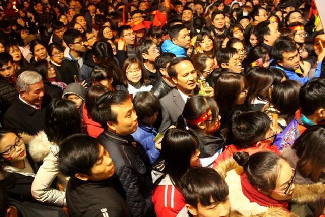 Sát đến giờ tổ chức, lượng khán giả kéo về cổng Nhà thi đấu tỉnh ngày một đông khiến khu vực này ùn tắc. Ảnh: Đ.Tùy
