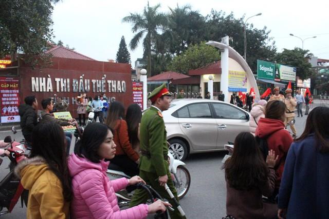 Lúc này tại Nhà thi đấu thể thao tỉnh Hải Dương, nhiều phóng viên và người hâm mộ đã vào bên trong