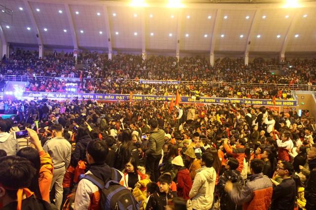 Mọi chỗ trong Nhà thi đấu chật kín khán khả và người hâm mộ