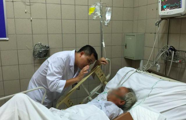 Cấp cứu cho bệnh nhân ngộ độc rượu tại Trung tâm Chống độc, Bệnh viện Bạch Mai. Ảnh: T.Nguyên
