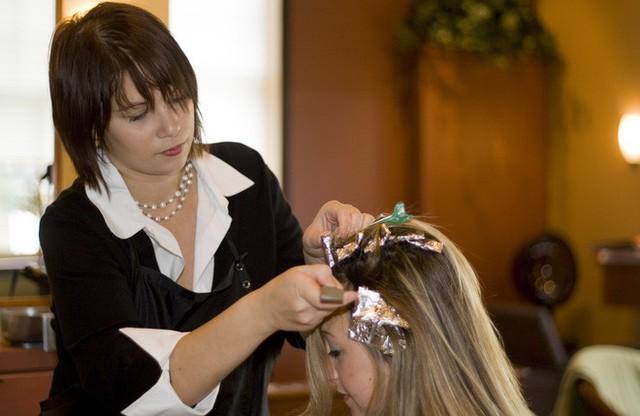 Mối liên hệ giữa thuốc nhuộm màu tóc và khả năng gây ung thư vẫn còn là vấn đề gây tranh cãi cho đến nay chưa có kết luận.