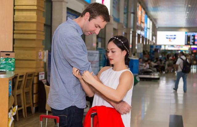 Lan Phương và chồng chưa cưới ở sân bay.