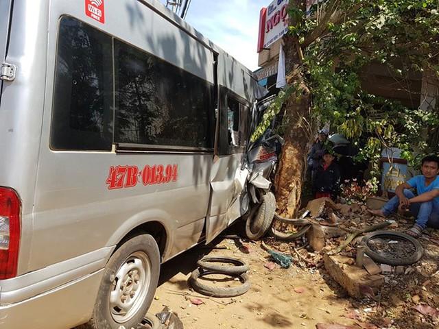 Tránh xe đạp điện, ôtô khách tông 4 xe máy rồi lao vào nhà dân