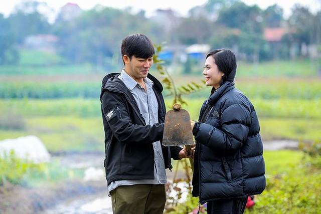 MV được quay vào những ngày Hà Nội lạnh dưới 10 độ, lại quay giữa cánh đồng, dòng sông, các diễn viên đều phải mặc áo mỏng để diễn nên cả Bảo Anh và Nguyệt Anh đều bị lạnh cóng.