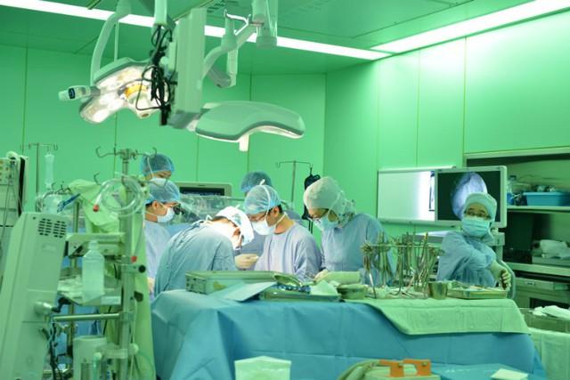 Ê-kíp bác sĩ thực hiện ca phẫu thuật tái tạo van tim cho người bệnh
