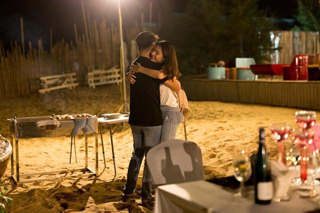 Khi Vân Trang vừa vào đến bờ, đèn ở khu vực bãi biển này bật sáng. Quý Bình dắt nữ diễn viên đi vào, cô vẫn chưa biết có ông xã ở đây. Khi nhận ra, cô hét toáng lên vì quá đỗi bất ngờ.