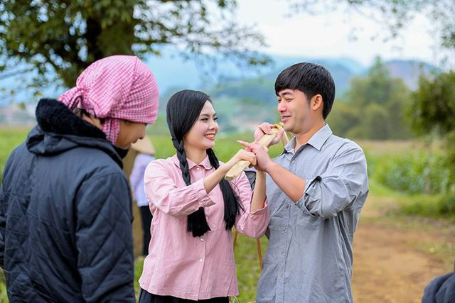 Trong MV, diễn viên Bảo Anh mà khan giả vẫn quen gọi là Bảo Ngậu sau thành công của phim Người phán xử vào vai bạn học của Lương Nguyệt Anh nơi quê nhà.