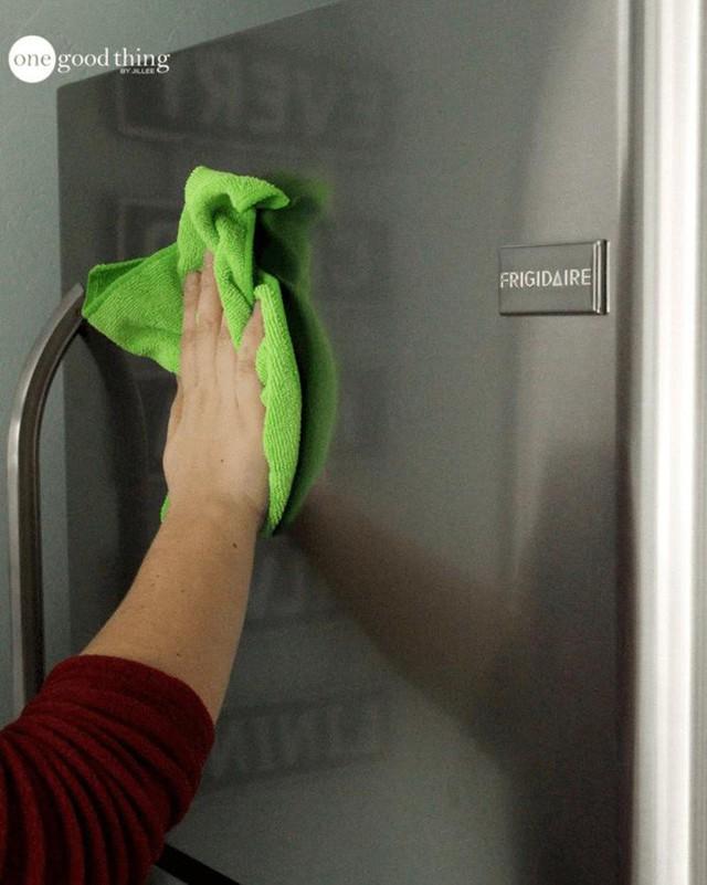 Hoàn tất việc làm sạch đồ gia dụng bằng thép không gỉ với một mảnh vải ẩm khác để chúng trở nên sáng loáng.
