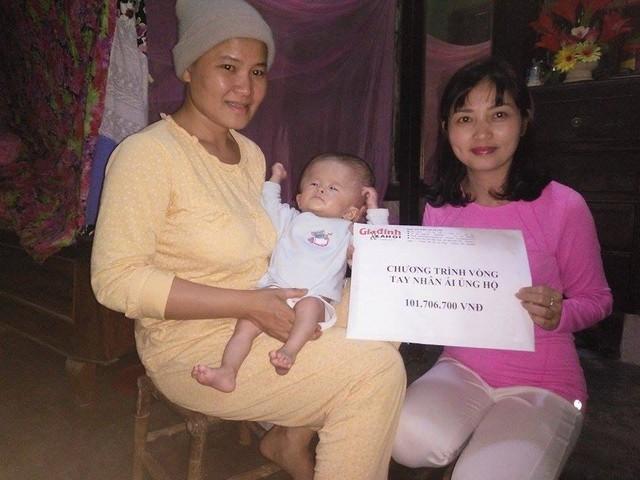 Đại diện Báo Gia đình & Xã hội trao tiền bạn đọc ủng hộ đến với gia đình.