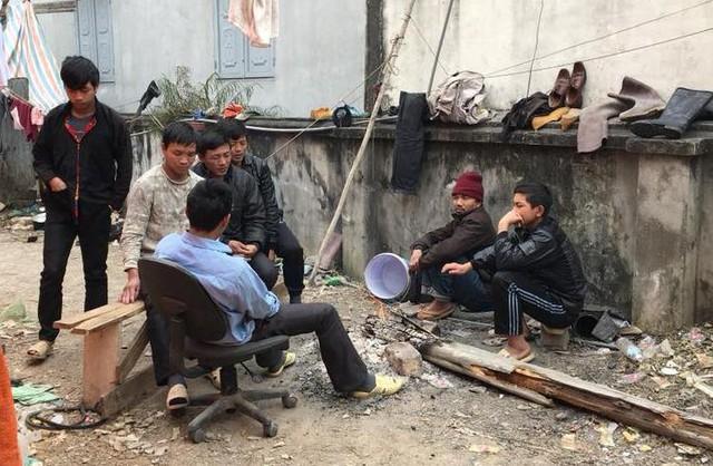 Đến sáng nay (10/2), cai thầu xây dựng đã về lán gặp nhóm công nhân và tạm ứng tiền. Ảnh: Bạn đọc cung cấp