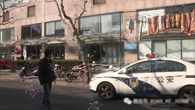 Bảo vệ chung cư bị người phụ nữ rơi từ tầng 10 xuống trúng người