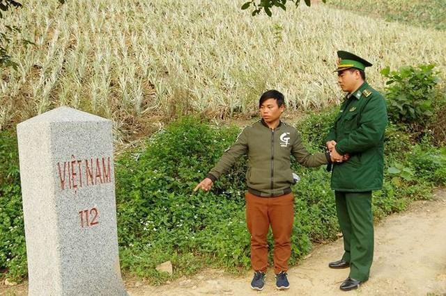 Sùng Seo Tráng thực nghiệm hiện trường tại khu vực Mốc 112 - nơi đối tượng đưa 2 nạn nhân vượt biên giới trái phép