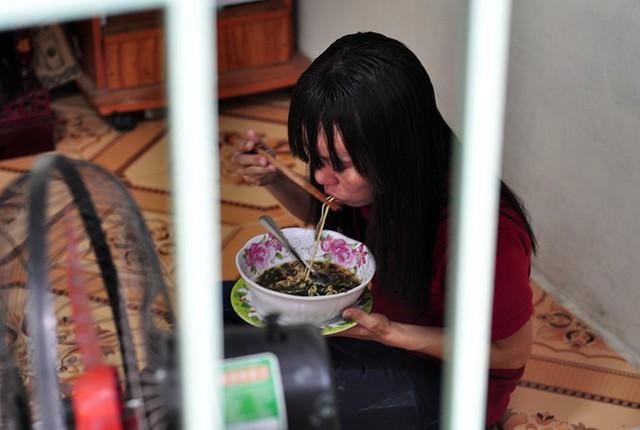 Bữa ăn thứ 2 trong ngày của chị Nguyễn Thị Sinh là nửa gói mì tôm còn lại. Ảnh: Ngọc An.