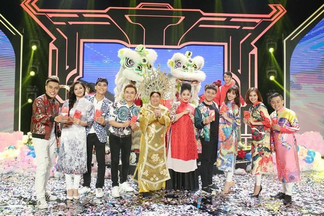 Các nghệ sĩ được chia làm hai đội để cùng tham gia những thử thách do trưởng thôn NSND Hồng Vân đưa ra.