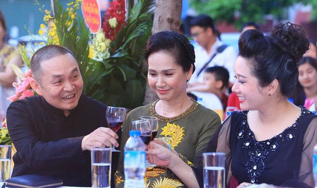 Xuân Hinh xuất hiện cùng Thanh Thanh Hiền và NSND Lan Hương tại một sự kiện.
