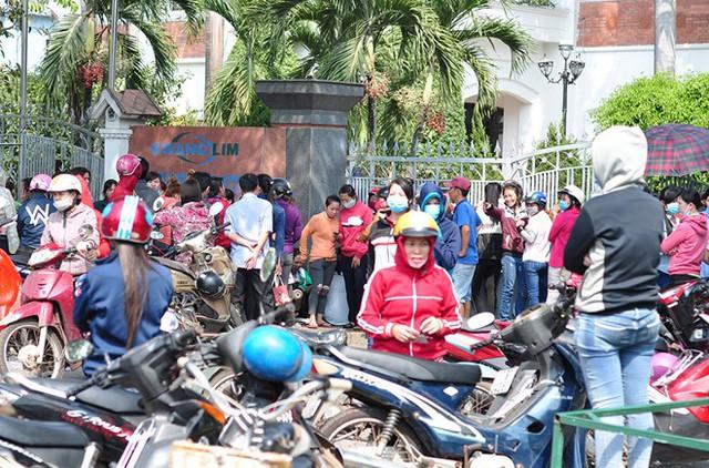 Công nhân bao vây cổng công ty đòi tiền lương. Ảnh: Ngọc An.