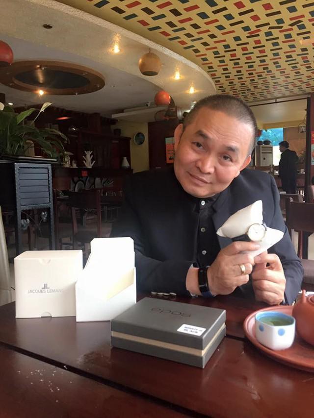 Chiếc đồng hồ Xuân Hinh cầm trên tay là sản phẩm của thương hiệu EPOS, với mức giá khoảng hơn 30 triệu đồng