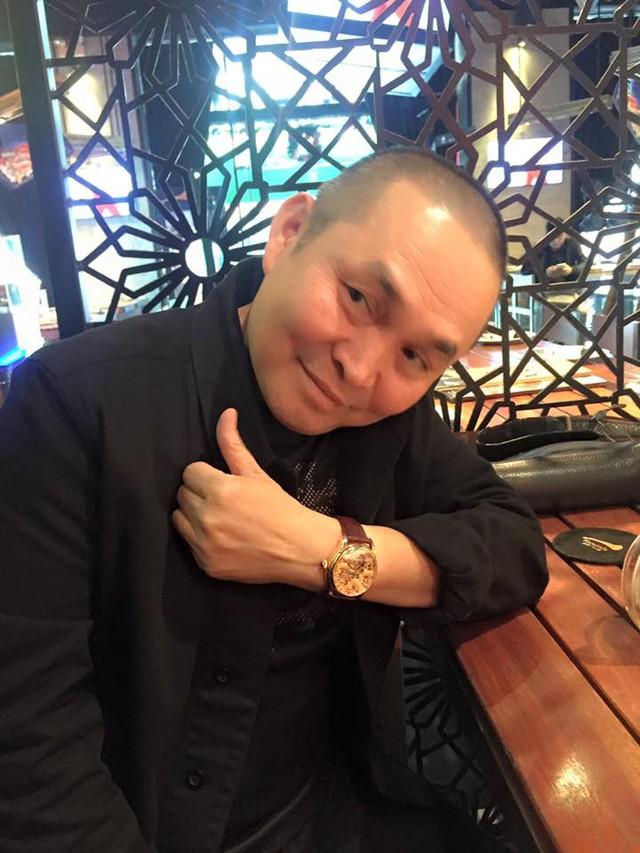Nghệ sĩ Xuân Hinh với một mẫu đồng hồ sành điệu.