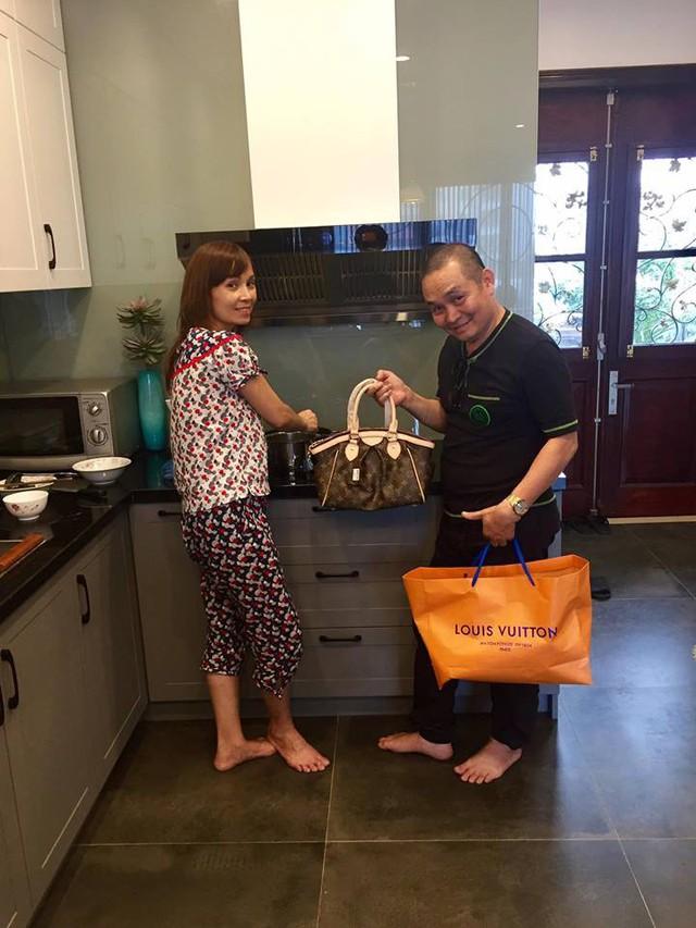 Xuân Hinh sắm túi hàng hiệu tặng vợ