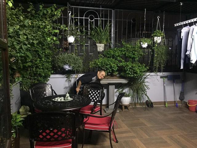 Xuân Hinh giúp vợ làm việc nhà trong căn nhà ở Hà Nội