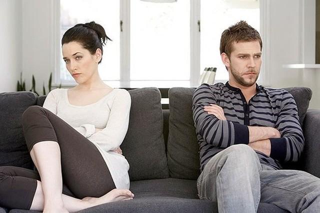 Thô bạo: Bất kỳ hành vi thô bạo dù trong trường hợp nào đều là dấu hiệu của một mối quan hệ không lành mạnh. Vì thế, khi bạn cảm thấy sợ hãi hoặc bị đe dọa thì trong tình yêu thì bạn nên sớm kết thúc mối quan hệ này.