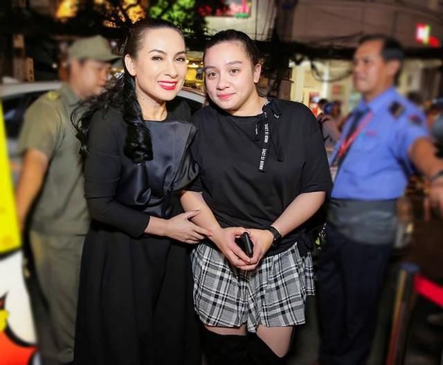 Nữ ca sĩ và con gái ruột Wendy.