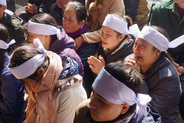 Người thân khóc nghẹn trong đám tang em Hoàng Đức Hải. Ảnh: Nguyễn Dương.
