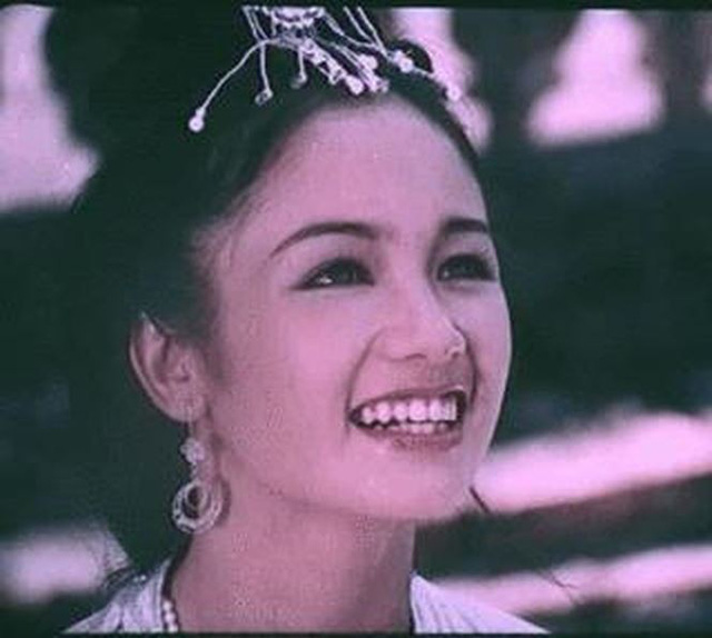 """Bộ phim Lá ngọc cành vàng thu hút được tiếng vang lớn khi công chiếu. Thu Hà trở thành ngôi sao sáng trên màn ảnh Việt. Vẻ đẹp thùy mị và đôi mắt sâu ẩn chứa nhiều cảm xúc của """"tiểu thư"""" Thu Hà đã khiến nhiều người mến mộ cô."""