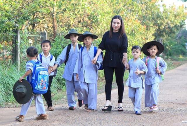 Những người con nuôi của ca sĩ Phi Nhung.