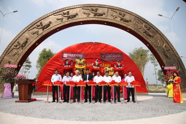 Ông Trần Tam – Chủ tịch HĐQT Phuc Khang Corporation cùng các lãnh đạo tỉnh Long An cắt băng khánh thành Quảng trường Lạc Việt