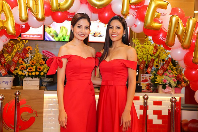 Ninh Hoàng Ngân từng đoạt giải phụ Người đẹp Biển tại Hoa hậu Việt Nam 2012. Sau đó cô lập gia đình và có cuộc sống khá khép kín. Ninh Hoàng Ngân chủ yếu đi diễn thời trang.