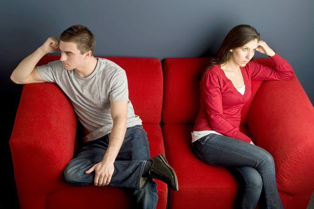 Thường xuyên chỉ trích: Những lời góp ý chân thành khác với sự chỉ trích liên tục. Hãy sớm chấm dứt mối quan hệ với một người chỉ khiến bạn thấy tự ti bởi những lời nói không chỉ vô tâm mà còn thiếu tôn trọng và làm tổn thương bạn.