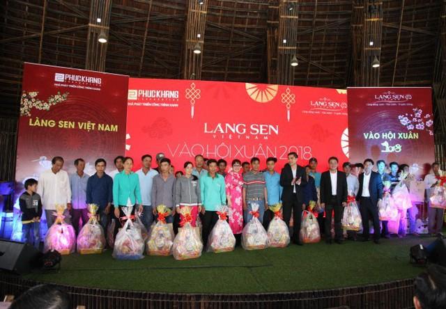 Lãnh đạo Phuc Khang Corporation tặng những phần quà Tết mang ý nghĩa sẻ chia yêu thương đến cho công nhân về quê ăn Tết